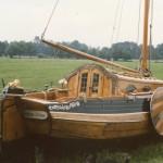 Het schip is in Drenthe op de wal geheel gerestaureerd